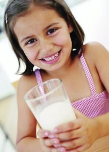 Menina copo de leite
