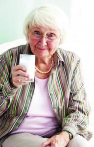 Senhora tomando leite